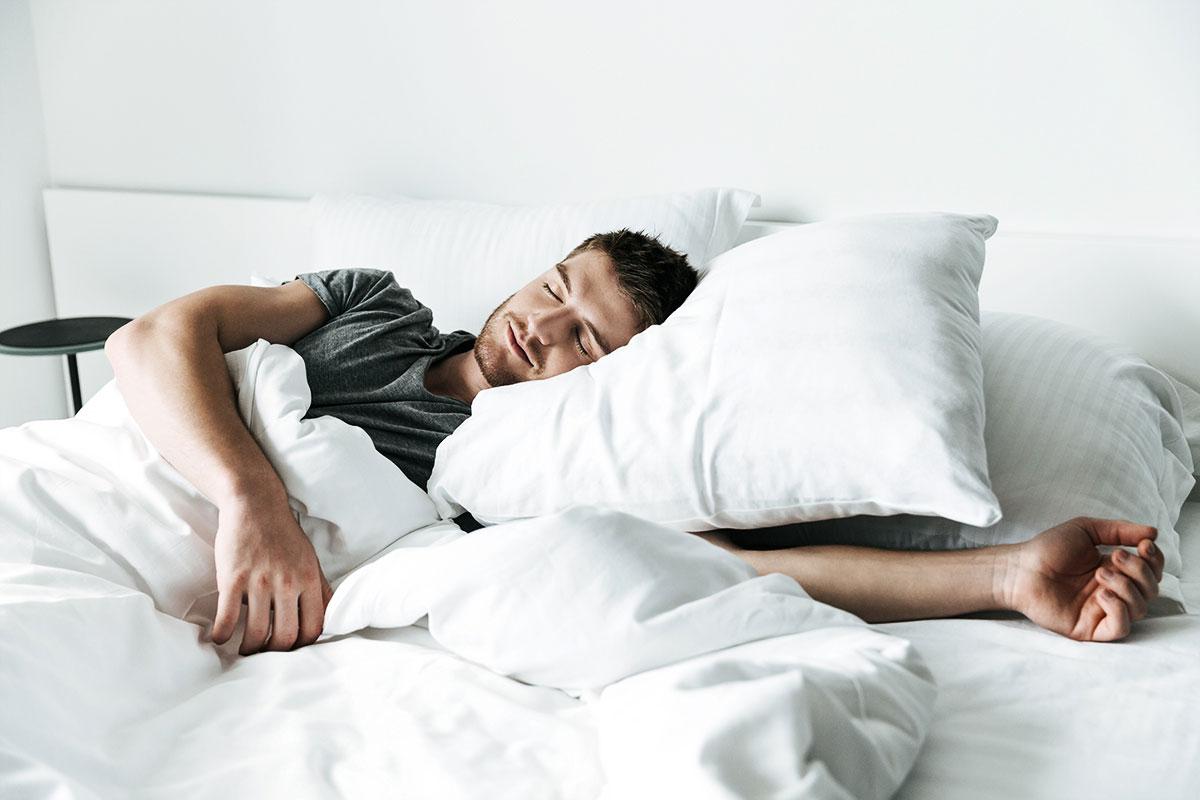 nieodpowiednia pozycja w czasie snu może wywołać chrapanie